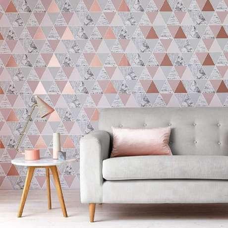 40. Decoração para sala com papel de parede rose gold – Foto: Ideal Home