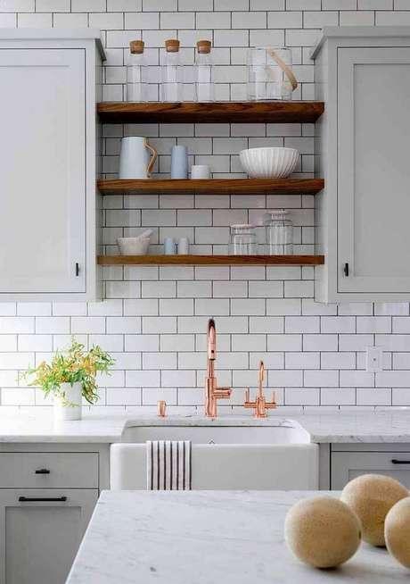 41. Decoração com estilo retrô para cozinha com torneira rose gold e prateleiras de madeira – Foto: Home Awakening