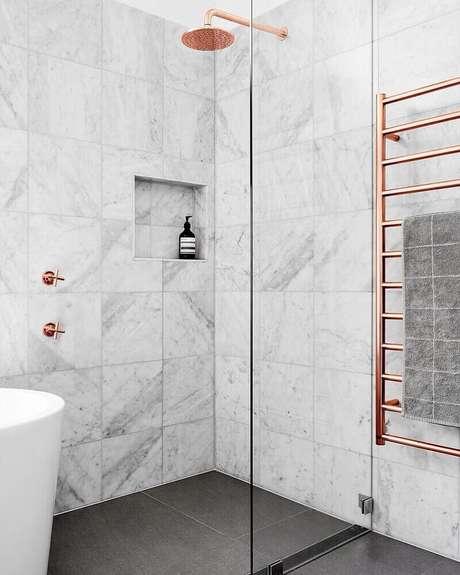 11. Decoração moderna e sofisticada para banheiro rose gold – Foto: Bedroom Design Ideas