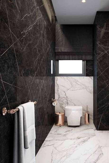 3. Decoração moderna para banheiro com revestimento em mármore e objetos na cor rose gold – Foto Pinterest