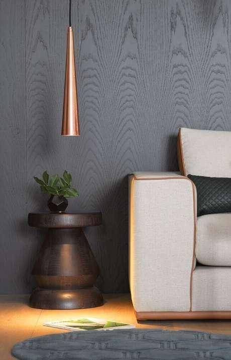 1. Decoração com toques modernos com parede cinza escura e pendente rose gold – Foto: Pinterest