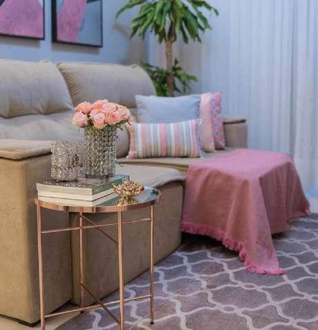 7. Decoração rose gold para sala de estar com mesa lateral e tapete cinza – Foto: Mirian Fernandes