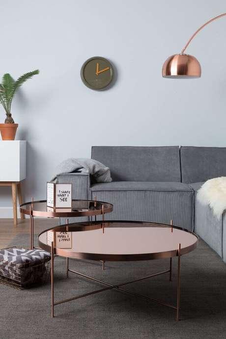 47. Decoração rose gold sala de estar com sofá cinza e mesa de centro redonda com luminária – Foto: Fontana