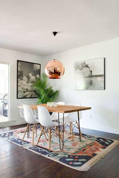 49. Decoração clean com pendente rose gold sobre mesa de jantar de madeira – Foto: Arusty South