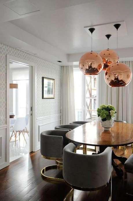 8. Decoração para sala de jantar com pendente rose gold e cadeiras modernas – Foto: House Of Hipsters