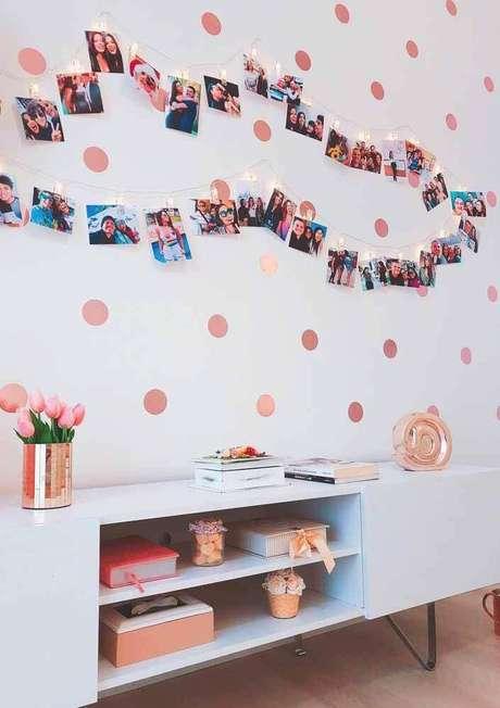 51. Decoração com fotos e adesivo de parede rose gold – Foto: Pinterest