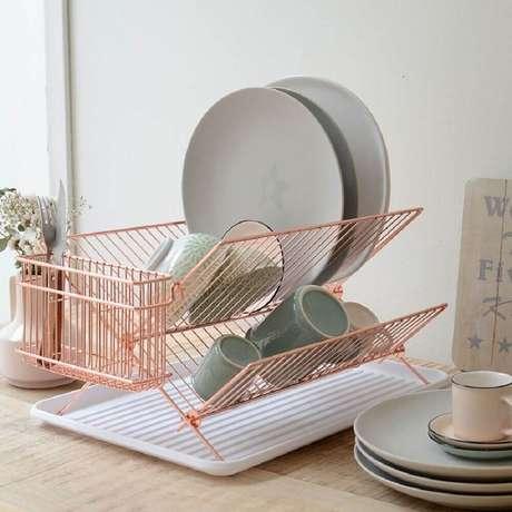 10. Modelo de escorredor de louça rose gold para incrementar a decoração de sua cozinha – Foto: Gramona Interiors