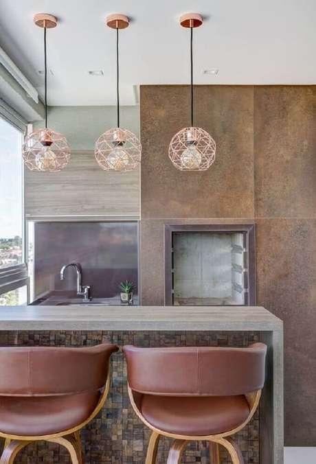 61. Decoração com pendente rose gold moderno para varanda gourmet – Foto: Pinterest