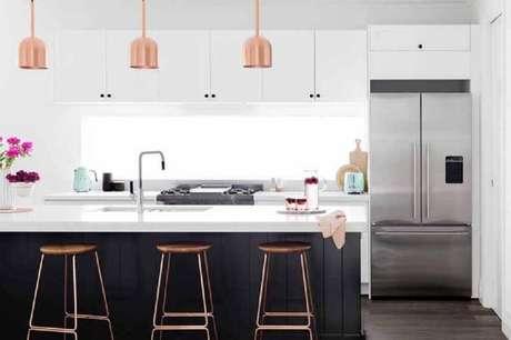 65. Decoração moderna para cozinha com ilha e pedente rose gold – Foto: E&S Trading
