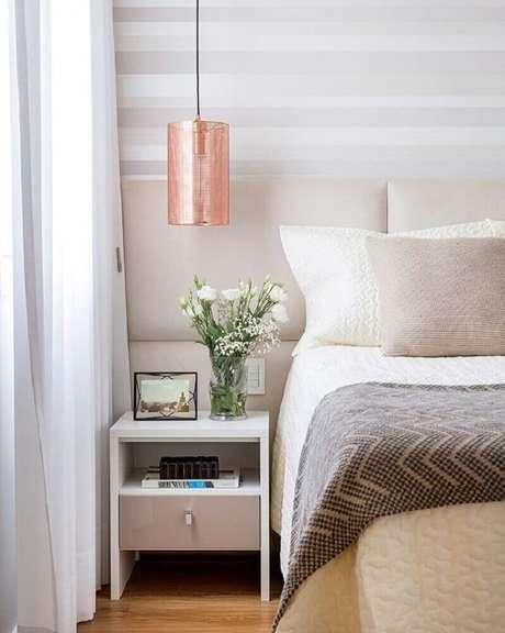 67. Pedente rose gold para decoração de quarto em tons neutros – Foto: Barbara Dundes