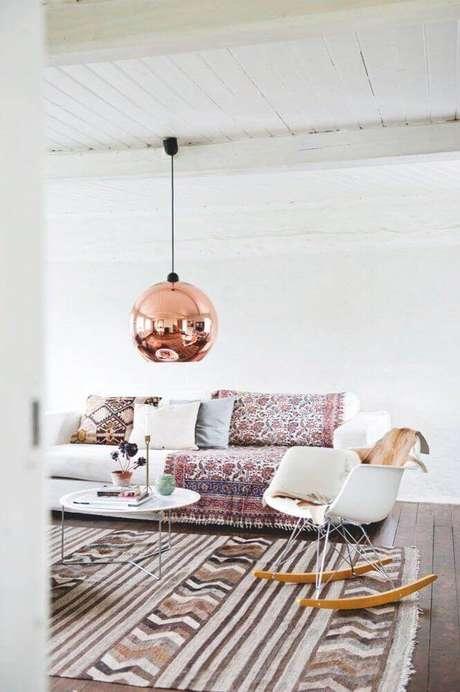 68. Pendente rose gold para decoração de sala clean com mantas no sofá – Foto: Sally White Designs
