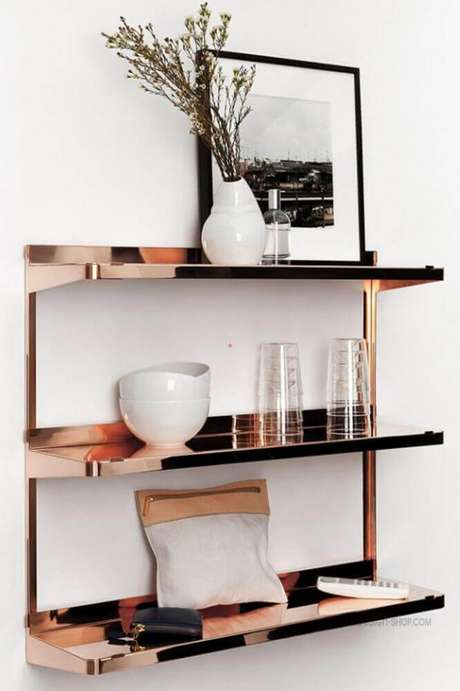 70. Prateleiras na cor rose gold – Foto: Shelves Design