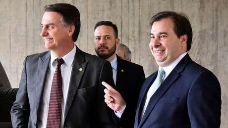 Bolsonaro (esq.) e Rodrigo Maia posam para foto no Centro de Convenções do Banco do Brasil (CCBB)