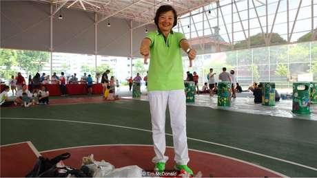 A parlamentar Lee Bee Wah participa do dia da limpeza em Khatib pelo menos uma vez por mês. Ela encoraja seus eleitores a se envolver