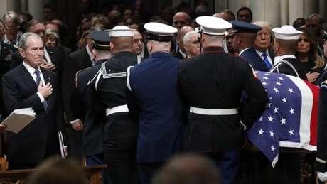 O corpo foi levado por um cortejo militar ao fim da cerimônia