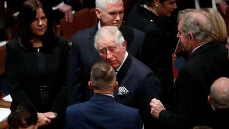 Herdeiro do trono britânico, o príncipe Charles (centro) compareceu ao funeral