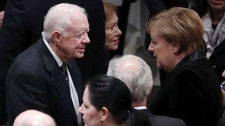 Aos 94 anos, Jimmy Carter (esq.) é o presidente mais antigo dos EUA vivo. Na foto, ele cumprimenta a chanceler alemã Angela Merkel