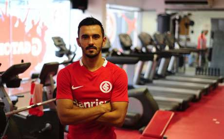 Uendel,lateral-esquerdo do Internacional, pode voltar ao Corinthians