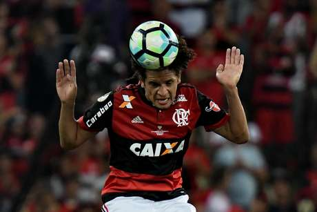 O volante William Arão disputa partida pelo Flamengo