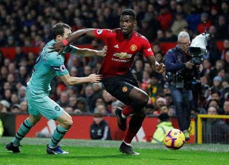 Paul Pogba em lance com Stephan Lichtsteiner   5/12/2018    REUTERS/Darren Staples