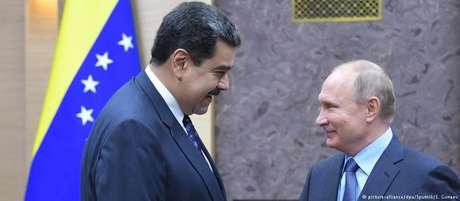 Putin (dir.) disse apoiar esforços de Maduro para normalizar as relações com a oposição