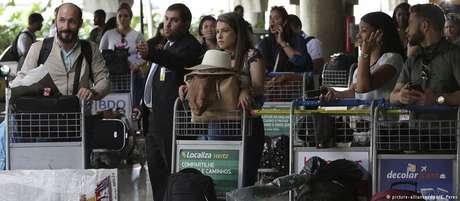 No aeroporto em Brasília, médicos cubanos aguardam embarque para retornar a Cuba