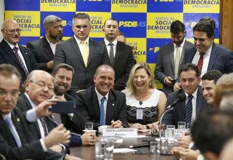 O ministro extraordinário da transição, Onyx Lorenzoni, futuro Ministro da Casa Civil do governo Jair Bolsonaro (PSL), ao lado da deputada eleita, Joice Hasselmann (PSL-SP), reunido com integrantes da bancada do PSDB, na Câmara dos Deputados
