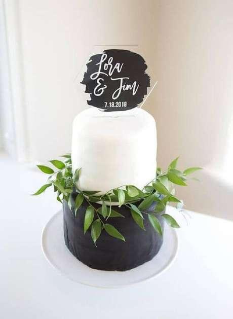 13. Modelo moderno de bolo simples de casamento dois andares com acabamento em folhagens – Foto: Pinterest