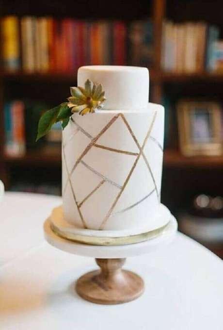 7. Acabamentos metalizados levando modernidade para o bolo de casamento simples e clássico – Foto: Gotarboro