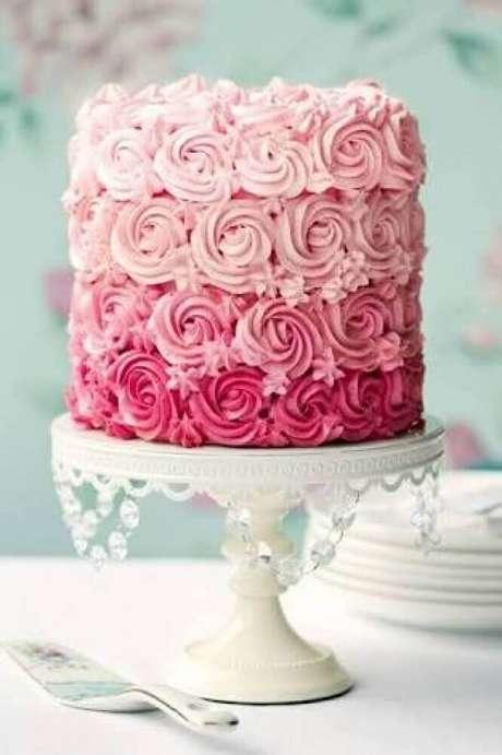 8. Modelo romântico de bolo de casamento simples com chantilly cor de rosa – Foto: Weddbook