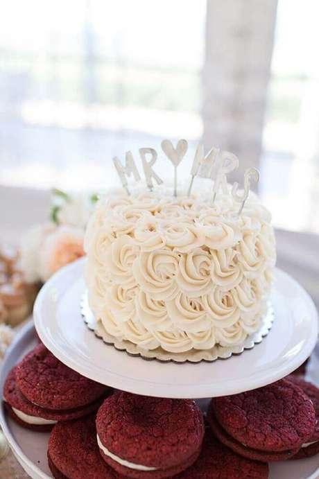5. Além de delicioso o bolo de casamento simples com chantilly fica lindo – Foto: Leeches