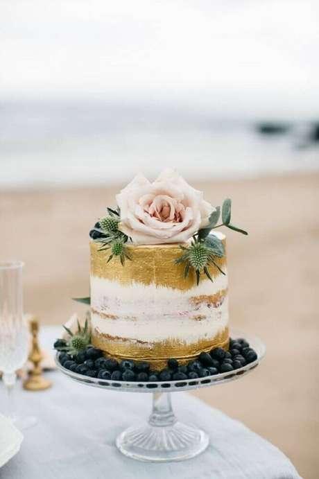 15. Lindo bolo de casamento simples decorado com detalhes em dourado e grande rosa no todo – Foto: Cake Couture NI