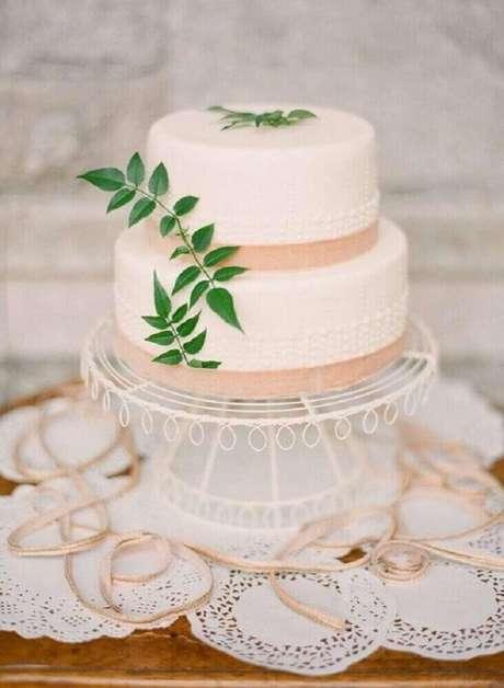 16. Decoração com bolo de casamento simples decorado com pequenas folhagens e detalhes em salmão – Foto: Weddywood