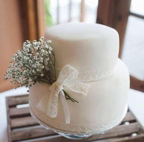 17. Bolo de casamento simples decorado com renda e pequeno buquê – Foto: Pinterest