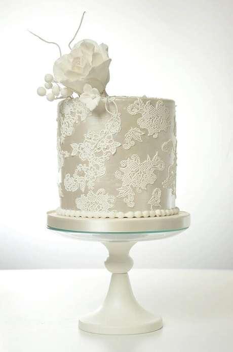 20. Modelo clássico de bolo de casamento simples e bonito decorado todo branco com rendas e flor branca no topo – Foto: Love Crear
