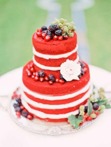 10. O para casamento simples red velvet fica lindo e tem se tornando uma grande tendência – Foto: Affinity Weddings
