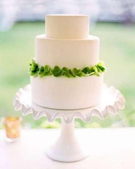 23. Os detalhes podem fazer toda a diferença em um bolo para casamento simples – Foto: Once Wed