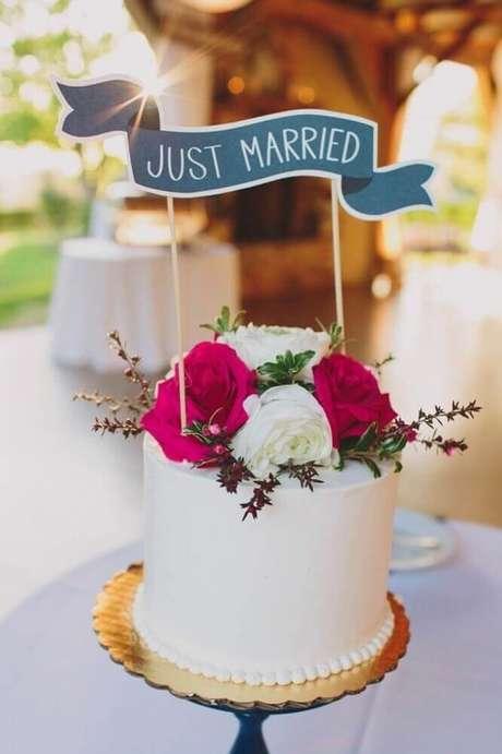 6. Flores são importantes para dar um acabamento super delicado no bolo simples de casamento – Foto: Bodas y Weddings