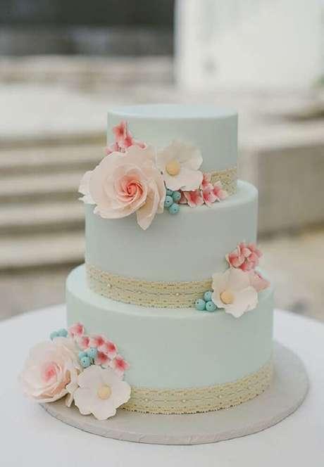 25. O azul pastel trouxe um ar super delicado para esse bolo de casamento simples decorado com flores – Foto: Bem Vinda Noiva