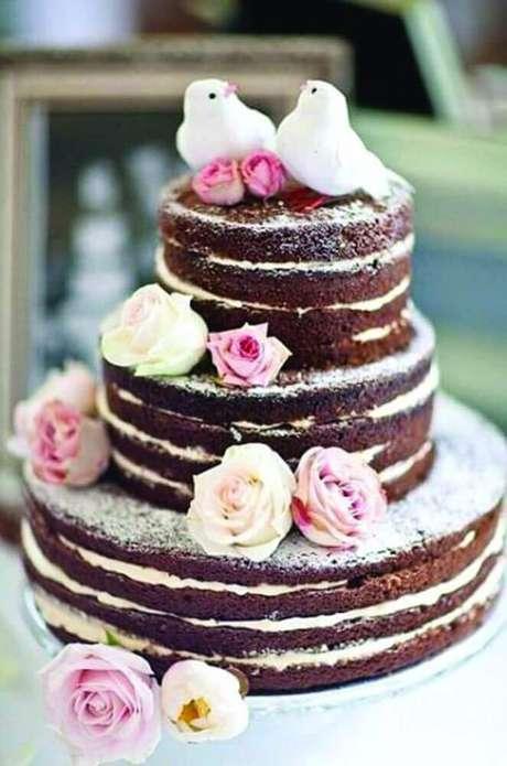 26. As fotos de bolo de casamento simples no estilo naked cake sempre são de encher os olhos – Foto: Pedaços de Ternura