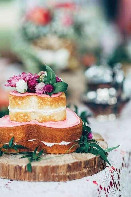 3. O bolo de casamento simples em formato de coração é perfeito para um toque ainda mais romântico na festa – Foto: Rock My Wedding