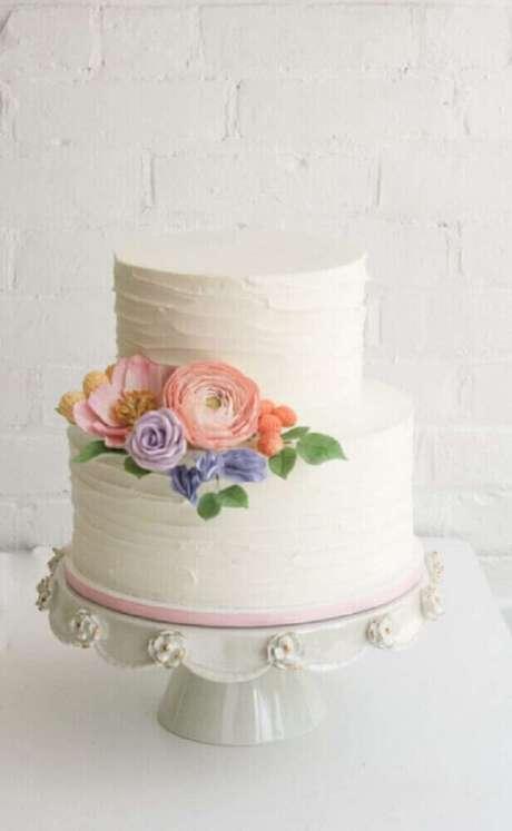 24. Bolo para casamento simples todo branco, 2 andares e decorado com flores – Foto: Pinterest