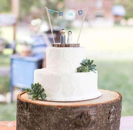 28. Invista em um enfeite bem fofo para o topo do seu bolo simples de casamento – Foto: Weddzillabox