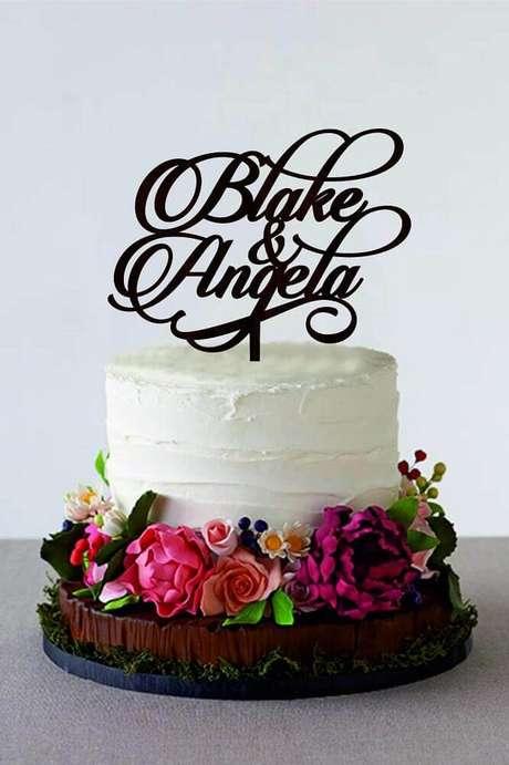 29. Aqui as flores deram mais alegria e colorido para o bolo de casamento simples com chantilly – Foto: Weddbook