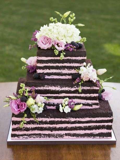 30. Nem sempre o bolo de casamento simples precisa ser redondo, as fotos de bolo de casamento simples em formatos diferentes também são grande inspiração para quem quer pensar em cada detalhe desse dia – Foto: Pinterest