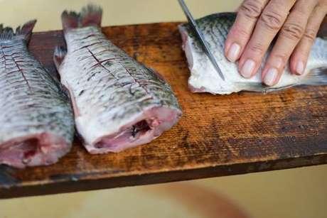 Faça cortes de sua preferência no peixe