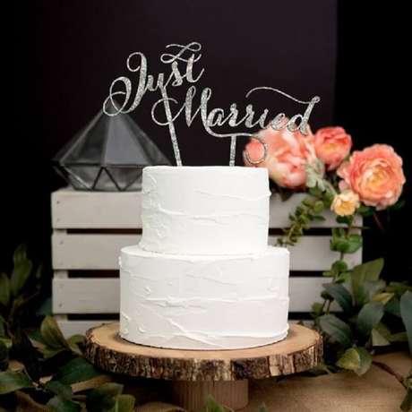34. O bolo de casamento simples com chantilly também pode ser uma boa ideia para decorar uma festa rústica – Foto: Pinterest
