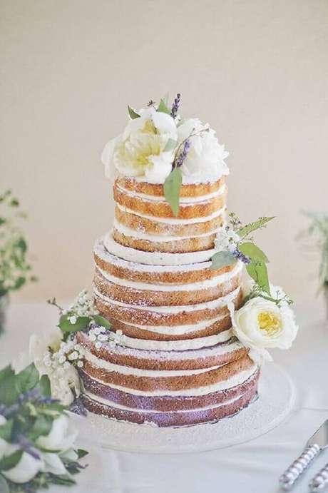 35. Linda decoração com flores brancas para bolo de casamento simples e bonito – Foto: Yandex