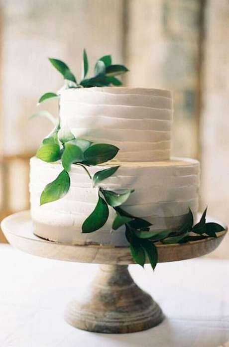 36. Decoração para bolo simples de casamento com folhagens – Foto: Wedding Dream