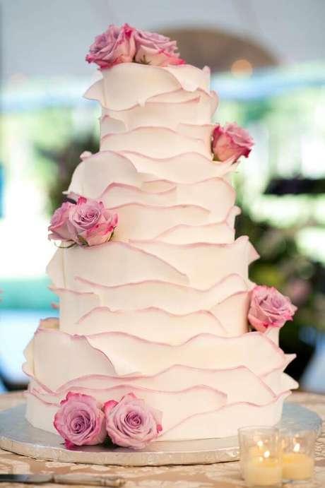 38. O acabamento do bolo faz toda a diferença nas fotos de bolo de casamento simples – Foto: Silvia Fregonese